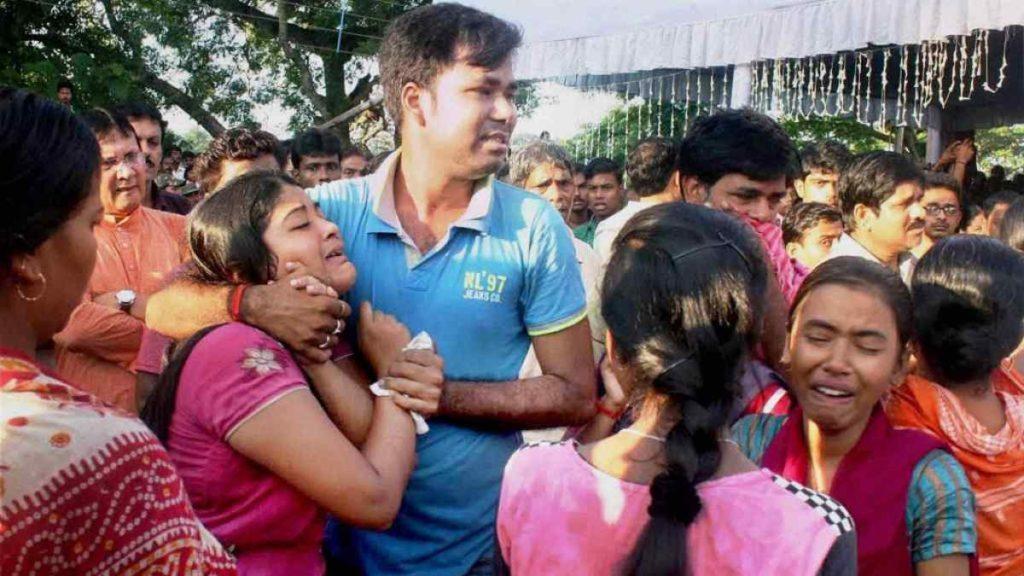Family members of Sepoy Gangadhar Dolui, who was martyred in Uri attack, break down as his body arrives in Howrah, 20 September, 2016.